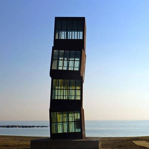 sculpture en bord de mer sur la plage de Barcelone