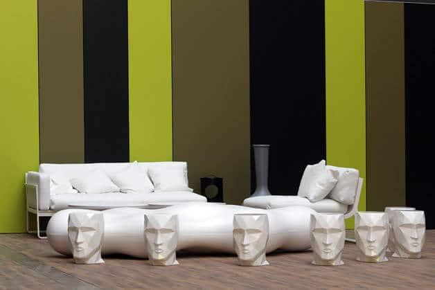Room Mate statues et mur vert et noir