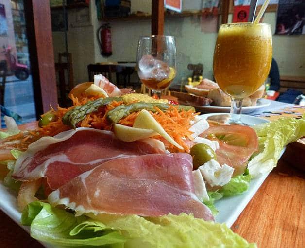 la-nena assiette de salade et charcuterie