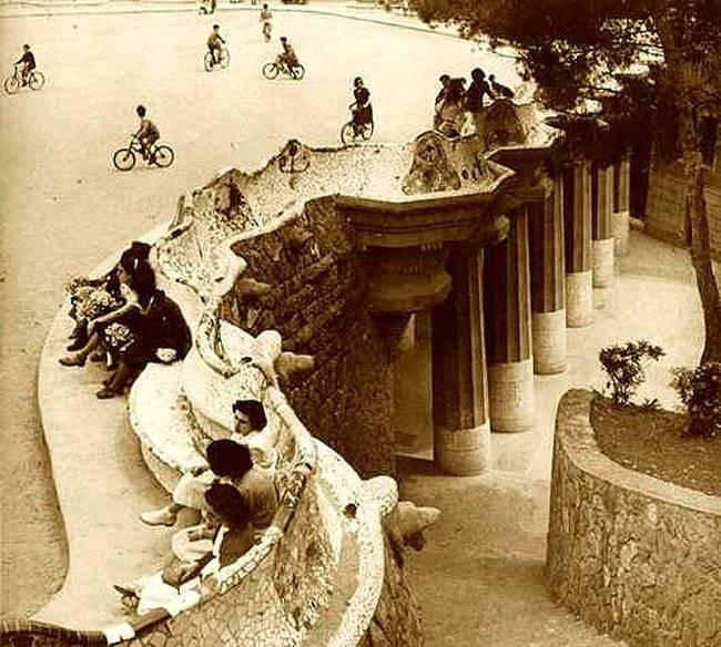 Parc Güell, histoire et secrets banc en noir et blanc