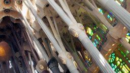 sagrada familia piliers en diagonale
