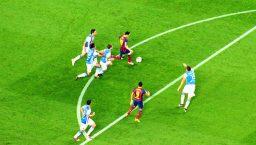 Messi jouant sur la pelouse du Camp Nou
