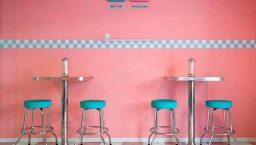 peggy sue mur rose et tabourets