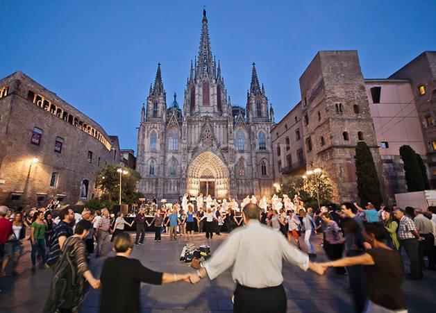 Sardane place de la cathédrale de barcelone