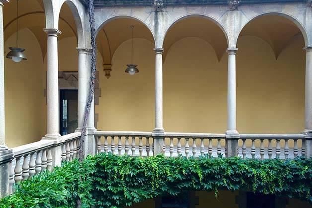 quartier-gothique-de-barcelone: patio et colonnades
