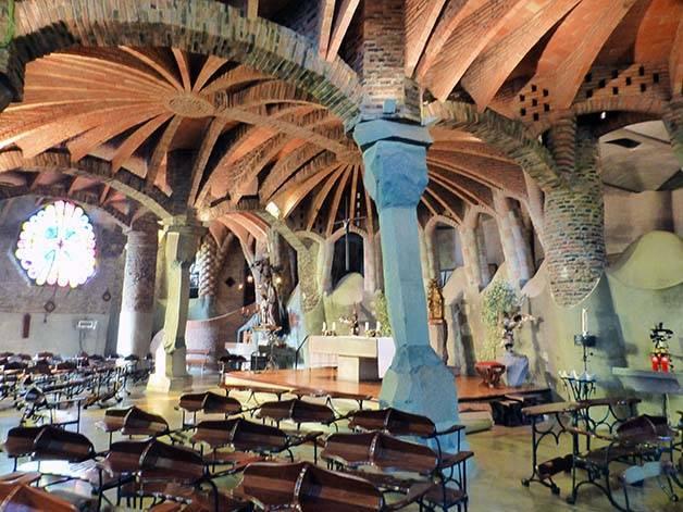 colonia-guell-interieur juin à Barcelone