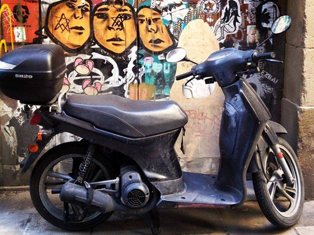 street art barcelone moto