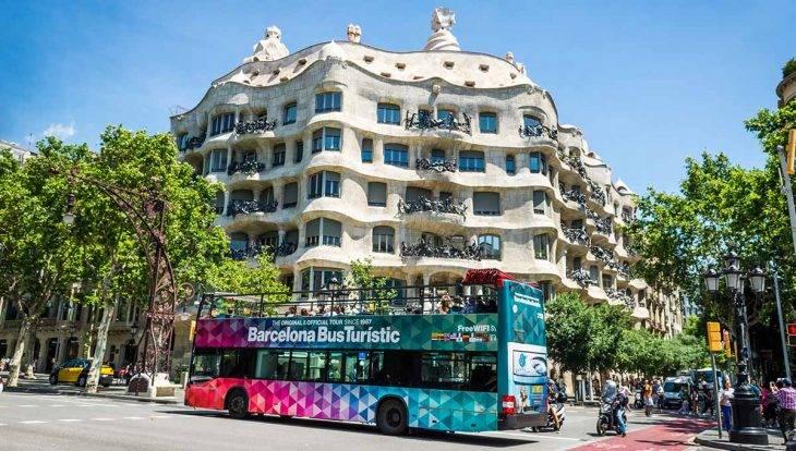Le Bus Touristique Est Trs Pratique Si Vous Passez Un Court Sjour Barcelone Et Son Toit Ouvert Permettra De Prendre Jolies Photos Top Dpart
