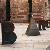 art public: lettres sculptées: barcino plaça de la catedral