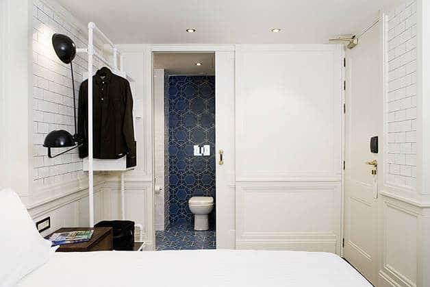 chambre praktik bakery et vue côté salle de bain