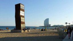 Barceloneta: sculpture et hôtel W en fond