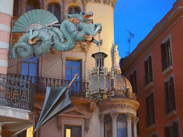 dragon et parapluie sur les Ramblas: Barcelone insolite