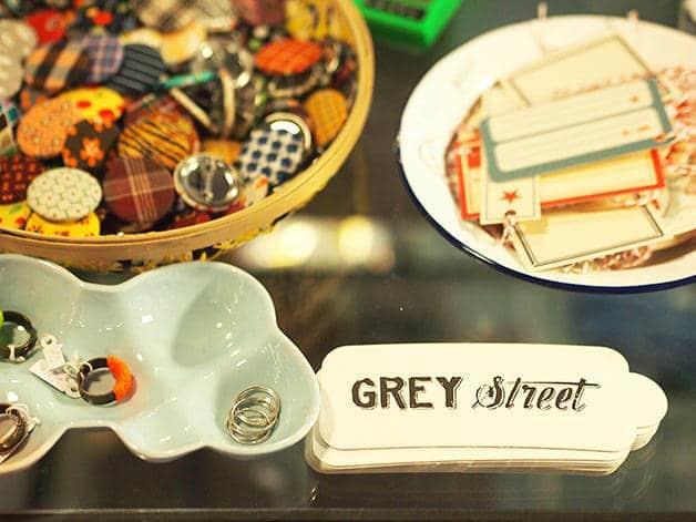 grey street détails (bagues et étiquettes)