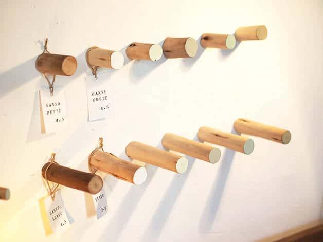 la variété: patères en bois clair