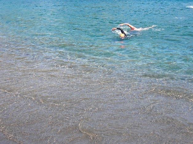 sport à Barcelone: nager dans la mer