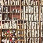 étagère remplie d'espadrilles