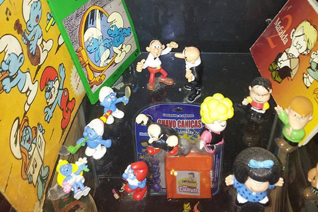 polaroid bar, figurines
