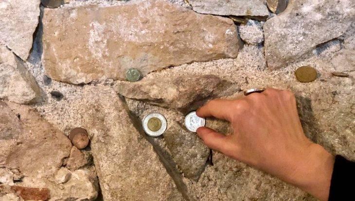 pièces sur un mur de pierre de l'Agust