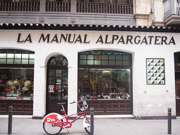 la manual alpargatera:devanture d'une boutique d'espadrilles