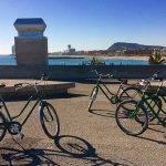 Barcelone à vélo avec Lucie, vue de la mer et dés vélos