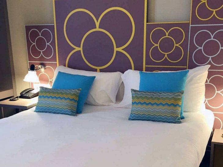 hôtel-ibis-style centre chambre bleue et jaune