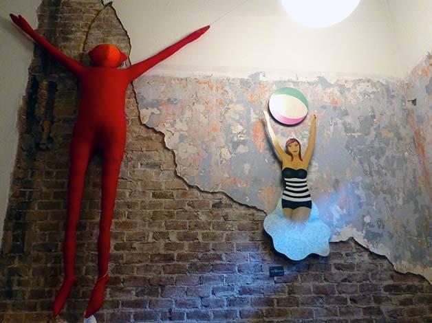 le 58 silhouette rouge suspendue au mur