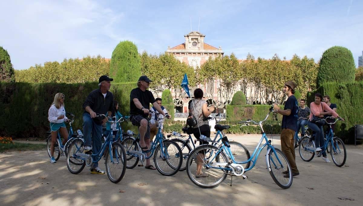 visite guidée à vélo: arrêt dans un parc