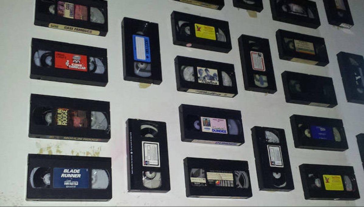 meilleur-bar-polaroid: mur recouvert de cassettes vidéo