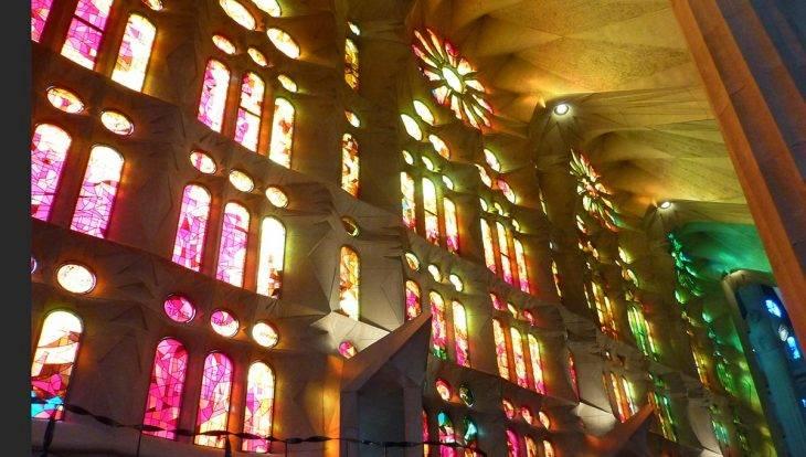 vitraux aux couleurs rouges et orange de la Sagrada Familia