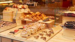 Vitrine de gâteaux, cookies et roulés du café Demasié