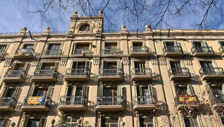Barcelone drapeaux aux fenêtres