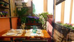 terrasse et table de petit déjeuner de l'hostal Poblenou