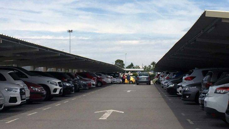 aéroport Barcelone parking places couvertes à l'extérieur