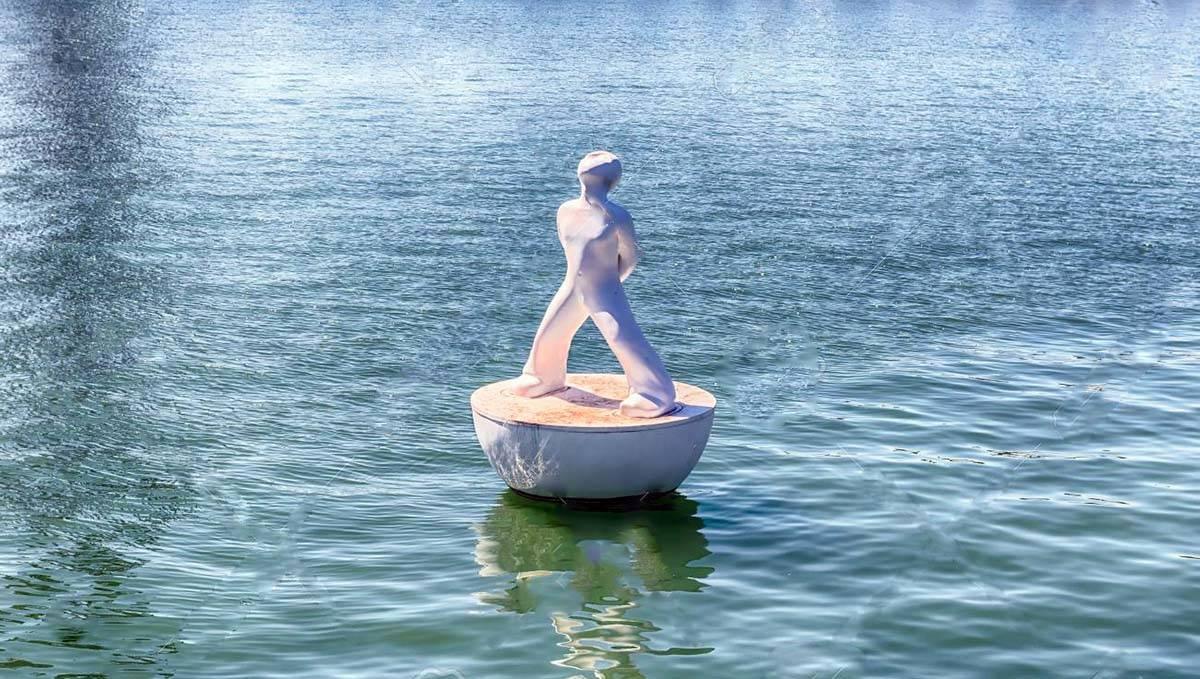 sculpture flottante près du Maremagnum