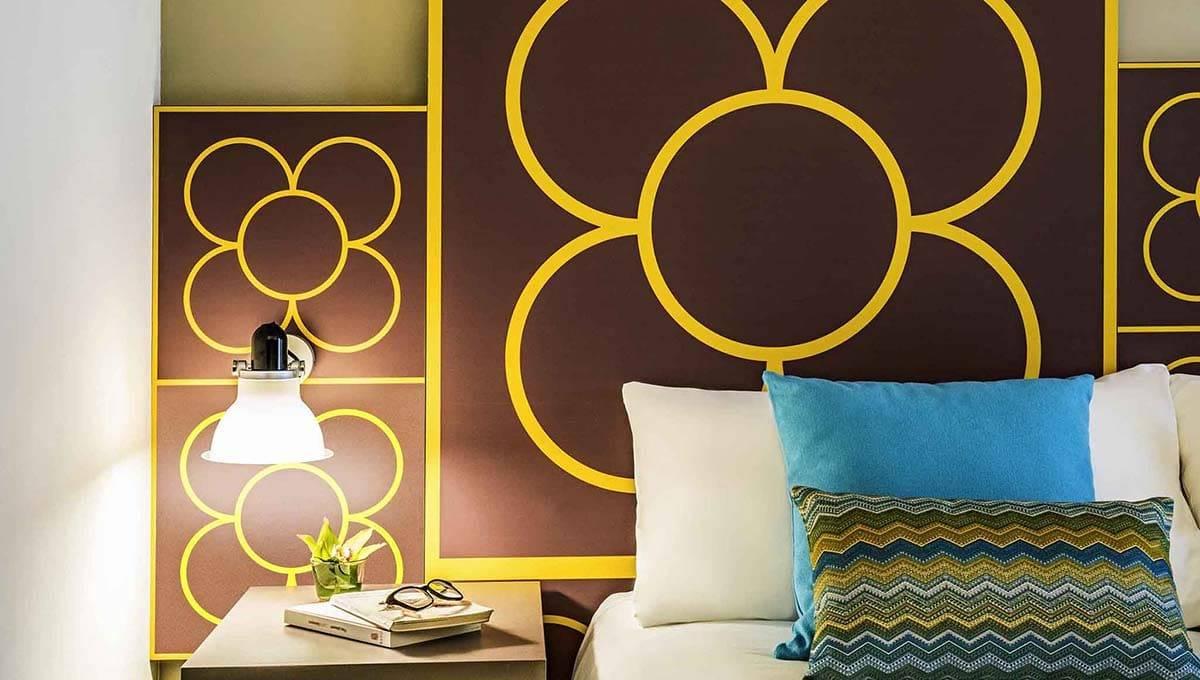 Chambre avec déco fleur de l'hôtel Ibis styles centre