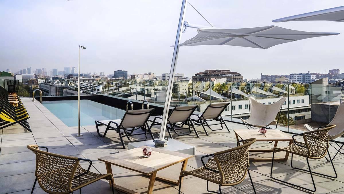 piscine et terrasse de l'hôtel Ibis style de barcelone