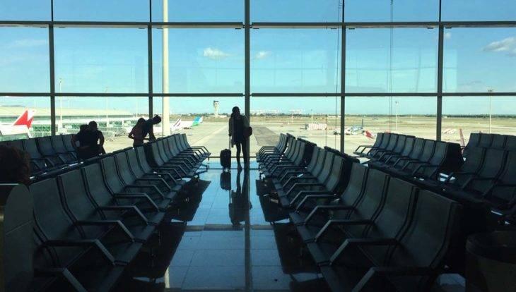 Aéroport Barcelone: voyageuse dans le terminal 1
