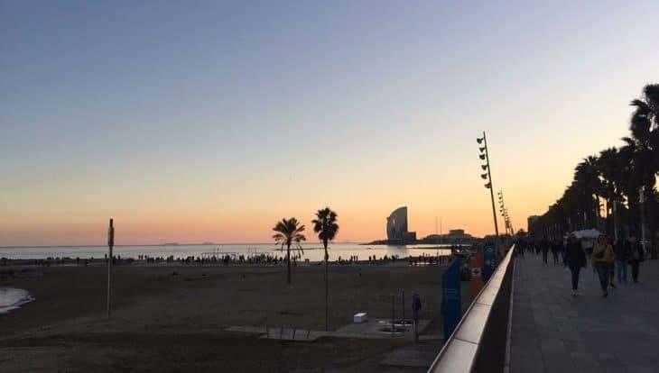 coucher de soleil sur la plage de Barcelone
