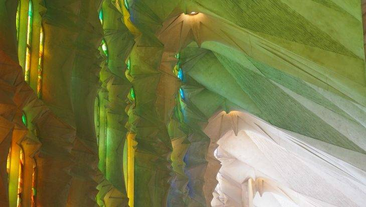 reflets des vitraux de la sagrada familia