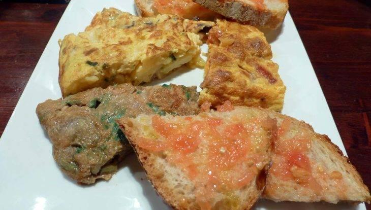 petit-déjeuner: omelette et pain à la tomate