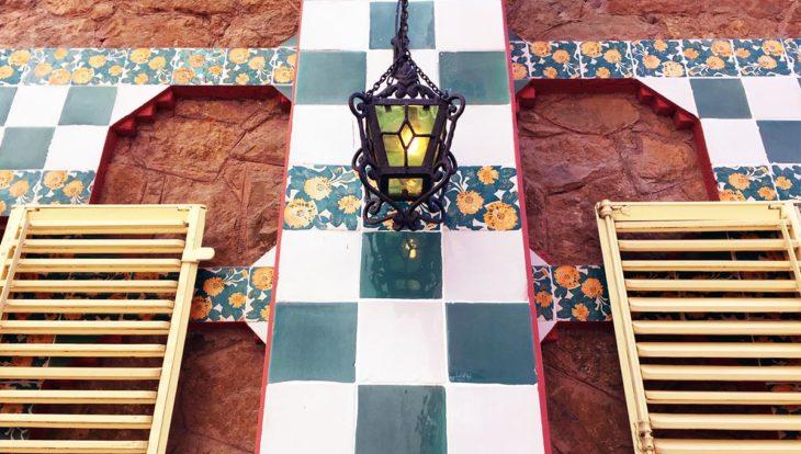 façade de la casa Vicens. carreaux de céramique et lampe en fer forgé