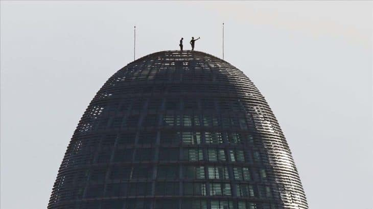 Deux escaladeurs sur la coupole de la Tour AGbar